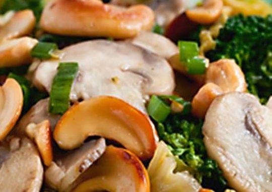 Постные блюда: хлеб на соде, салат из печеных овощей и рыба в томате